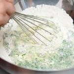 Se toarnă ingredientele lichide peste cele solide şi se amestecă neglijent.