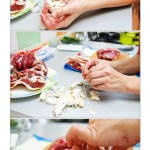 Se curăţă usturoiul, se fac buzunăraşe în carne şi se bagă acolo jumătăţi de căţei de usturoi.