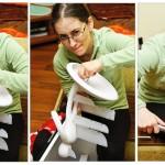Ana asamblând noul ei set de cuţite, primit de la Rux şi Dan (tu.ro)