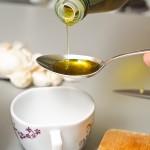 Se pune o lingură de ulei de măsline într-o cănuţă şi...