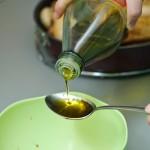 ...peste care se adaugă uleiul de măsline rămas...