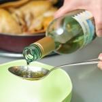...se adaugă vinul alb...