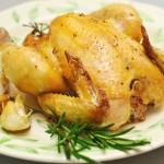 Se scoate puiul pe farfurie, se ornează cu rozmarin şi usturoi.