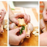 În fiecare pui se pune o bucată de lămâie, o ramură de rozmarin şi un căţel de usturoi tăiat în două.