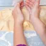 Presăm uşor în jurul brânzei, să se lipească foile