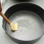 Tava pentru copt se unge cu puţin unt topit. Se toarnă compoziţia în tavă şi se bagă la cuptor 40- 45 minute.