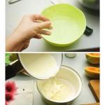 Foile de gelatină se înmoaie în apă călduţă apoi se dizolvă în smântână dulce uşor încălzită.