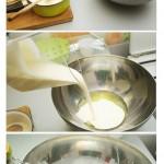 Într-un vas se pun: smântâna dulce, albuşurile de ou şi gelatina dizolvată şi se bat bine.