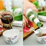 Se pregăteşte un sirop simplu din miere şi rom alb...