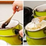 Se pun vasele cu ciocolată, în vasele cu apă clocotindă şi se lasă la topit încet.