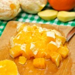 Portocalele curăţate se taie cubuleţe.