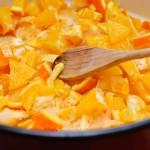 Se amestecă puţin şi se pun din nou portocale tăiate.