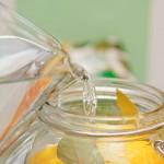 Se toarnă apă în borcane păstrându-se loc pentru ulei.