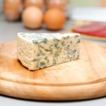Brânza cu mucegai se taie în cubuleţe mici.