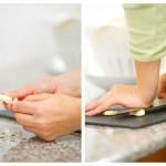 Curăţăm usturoiul, îl zdrobim cu lama cuţitului şi îl tocăm mărunt