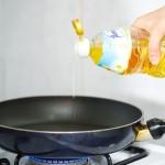 Punem la încins într-o tigaie de teflon o lingură de ulei