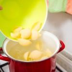 Punem pastele cochilie în apa cu sare, când aceasta fierbe