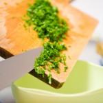 Punem verdeaţa în bolul în care pregătim brânza