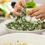 Umplem bine pastele cannelloni cu amestecul de spanac, speck şi gorgonzola