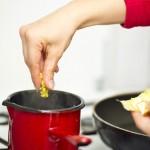 În lipsă de supă de legume / pui, folosim un cub concentrat dizolvat în apă fierbinte sau doar apă