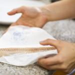 Cu ajutorul unul prosop de hârtie, scoatem surplusul de apă din peşte