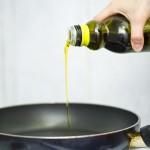 Punem într-o tigaie de teflon 2 linguri de ulei la încins.