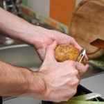 Se curăţă cartofii de coajă.
