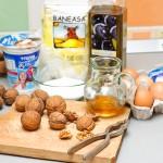 Nuci, ulei de măsline, iaurt, făină, ouă, miere.