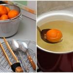 Când siropul clocoteşte începem şă punem mandarinele în el...