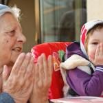 O ascultăm pe Natalia recitând poezii învăţate de la străbunica ei (bunica mea).