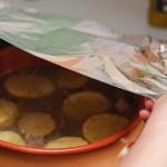 După ce totul e acoperit de supă, se aşază o folie de aluminiu şi apoi capacul şi se dă la cuptor cam o oră.