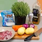 Ingredintele-s puţine la număr: carne de miel, cartofi, morcovi, ceapă.
