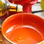 Se pune ulei de măsline în vasul de lut, se încinge.