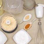 Ustensile şi ingrediente pentru macarons: albuşuri vechi, făină de migdale, zahăr tos, zahăr pudră, praf de ghimbir, scorţişoară, paletă de cauciuc, sită, mixer, pungă şi şpriţ pentru decorat.
