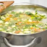 După ce am adăugat legumele călite, fierbem pentru jumătate de oră