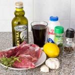 O bucată bună de carne de miel şi ingredientele pentru marinadă