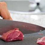 Tăiem carnea în cuburi măricele şi cât mai uniforme ca formă şi mărime