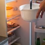 Compoziţia de îngheţată se lasă la frigider până se răceşte bine.