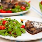 Servim ficatul fie ca o friptură lângă salata de rucola fie tăiat fâşii şi pus în salată direct