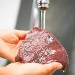 Spălăm ficatul de vită sub jet de apă