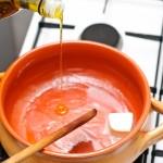 Se pun la încins uleiul de măsline şi untul.