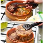 Se pune carnea peste legumele uşor gătite.