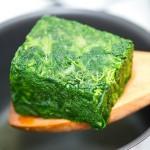 În uleiul aromat de usturoi, adăugăm spanacul îngheţat