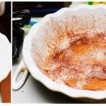 Tava se unge cu unt sau cu ulei şi apoi se presară scorţişoară.