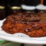 Prăjitura se răstoarnă pe un platou sau suport şi apoi se stropeşte cu sucul caramelizat de mere.