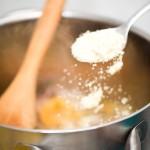 Adăugăm făina de migdale care va îngroşa sosul