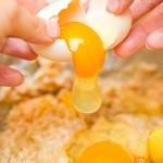 Spargem ouăle peste aluat