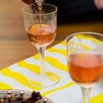 Se toarnă vinul rose, rece în pahare.