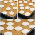 Se toarnă macaronşii în tavă, se bate tava de masă pentru pentru aplatizarea lor şi eliminarea bulelor de aer mai mari.