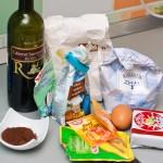 Ingredientele pentru prăjitură şi cablul de la robotul de bucatărie.